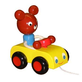 tahaci-hracky-medved-v-aute